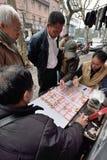 Les gens jouent aux échecs chinois, Chine images libres de droits