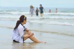 Les gens jouent dans la plage de trang de Nha, une de la plage la plus belle au monde Image stock