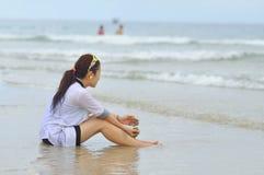 Les gens jouent dans la plage de trang de Nha, une de la plage la plus belle au monde Images stock