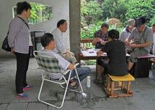Les gens jouent des cartes en parc de Changhaï Images libres de droits