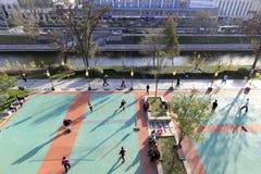 Les gens jouent la boule de badminton par le fossé de xian en hiver Images stock