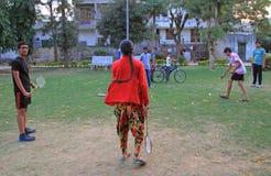 Les gens jouent le badminton extérieur à Jaipur, Inde Images libres de droits