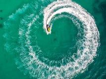 Les gens jouent le ski de jet en mer pendant les vacances Image libre de droits