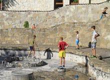 Les gens jouent sur l'endroit de la fontaine vide Image stock