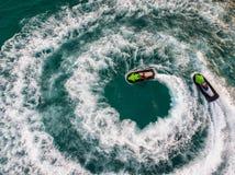 Les gens jouent un ski de jet en mer Silhouette d'homme se recroquevillant d'affaires Vue supérieure AM photos stock