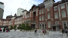 les gens 4K marchant à la station de Tokyo Gare ferroviaire dans le Marunouchi, Japon banque de vidéos