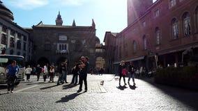 les gens 4k marchant en passant dans Piazza Vecchia Bergame, Italie clips vidéos