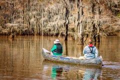 Les gens Kayaking sur le lac Image libre de droits