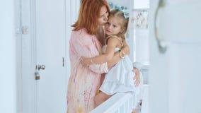 Les gens, la famille et le concept d'amusement - fille heureuse passant le temps avec la mère à la maison photo libre de droits
