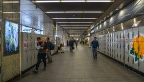 Les gens ? la gare ferroviaire ? Osaka, Japon images libres de droits