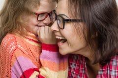 Les gens, la maternité, la famille, la mère et un bavardage de chuchotement de fille Photos stock