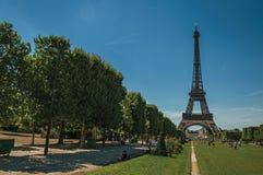 Les gens, la verdure et le Tour Eiffel avec le ciel bleu ensoleillé à Paris Image stock