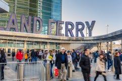 Les gens laissant Staten Island Ferry Terminal à Manhattan Images libres de droits