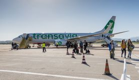 Les gens laissant un avion sur l'aéroport de la Sardaigne Photo stock