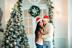 Les gens, le Noël, les vacances et le concept de nouvelle année - couple heureux de famille Image stock
