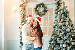 Les gens, le Noël, les vacances et le concept de nouvelle année - couple heureux de famille Photo stock