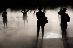 Les gens, le soleil et le brouillard Photos stock