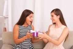 Les gens, les enfants, les vacances, les amis et le concept d'amitié Photos libres de droits