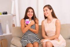 Les gens, les enfants, les vacances, les amis et le concept d'amitié Photographie stock