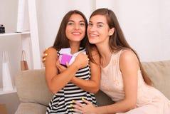 Les gens, les enfants, les vacances, les amis et le concept d'amitié Photos stock