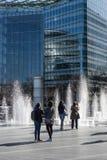 Les gens, les fontaines et le bâtiment en verre Photos libres de droits