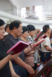 Les gens lisant la bible Photographie stock libre de droits