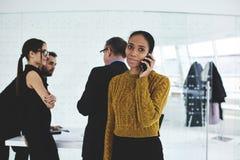 Les gens lors de la réunion ormal de travail avec les financiers professionnels dans la salle de conférences Photo stock