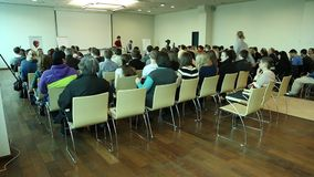 Les gens lors du séminaire d'affaires banque de vidéos