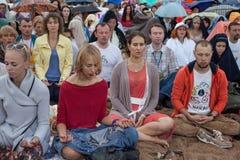 Les gens méditant en parc de ville Photographie stock
