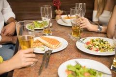 Les gens mangeant dans un restaurant Images stock