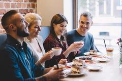Les gens mangeant dans un restaurant, riant Images libres de droits