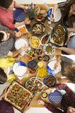 Les gens mangeant de la pizza Image libre de droits