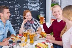 Les gens mangeant des hamburgers Image stock