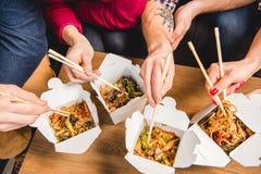 Les gens mangeant des nouilles Photographie stock libre de droits
