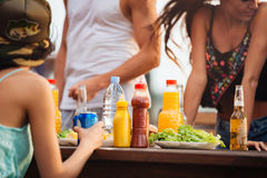 Les gens mangeant et ayant la partie dehors Photographie stock libre de droits