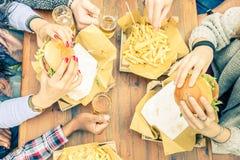 Les gens mangeant et buvant Photos libres de droits