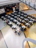 Les gens mangeant et buvant au centre commercial de Castilleja de la Cuesta l'Aire Sur Photos libres de droits