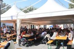 Les gens mangeant et buvant au festival local Image stock