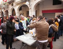 Les gens mangeant le calsot grillé pendant le Calcotada Image stock