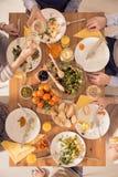 Les gens mangeant le dîner végétarien Photo libre de droits