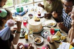 Les gens mangeant le gâteau sur la célébration de fête d'anniversaire Photos libres de droits