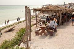 Les gens mangeant sur un restaurant de plage Photos libres de droits