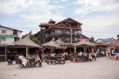 Les gens mangeant sur un restaurant de plage Images libres de droits