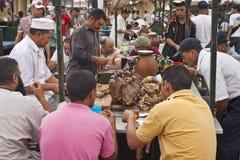 Les gens mangent à une stalle Photographie stock