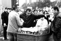 Les gens mangent les bretzels frais à Francfort Photo libre de droits
