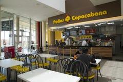 Les gens mangent dans le restaurant Pollos Copacabana d'aliments de préparation rapide Photos libres de droits