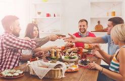 Les gens mangent de la nourriture saine au dîner de fête de table Images libres de droits