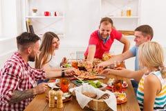 Les gens mangent de la pizza au dîner de fête de table Image libre de droits