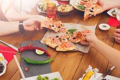 Les gens mangent de la pizza au dîner de fête de table Images libres de droits