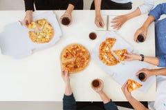 Les gens mangent des aliments de préparation rapide Photos libres de droits